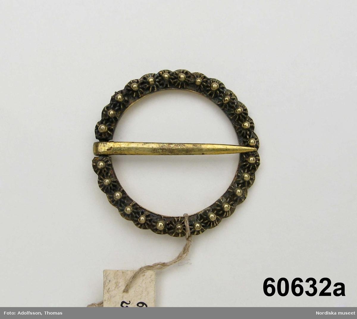 a-b. 2 söljor a. Ringformig, förgyld, stämpeln otydlig. b. Ringformad enkel odekorerad sölja med nål. diam: 22 mm. Stämplar: PIL ,K, årsbokstav saknas.  Berit Eldvik juni 2006