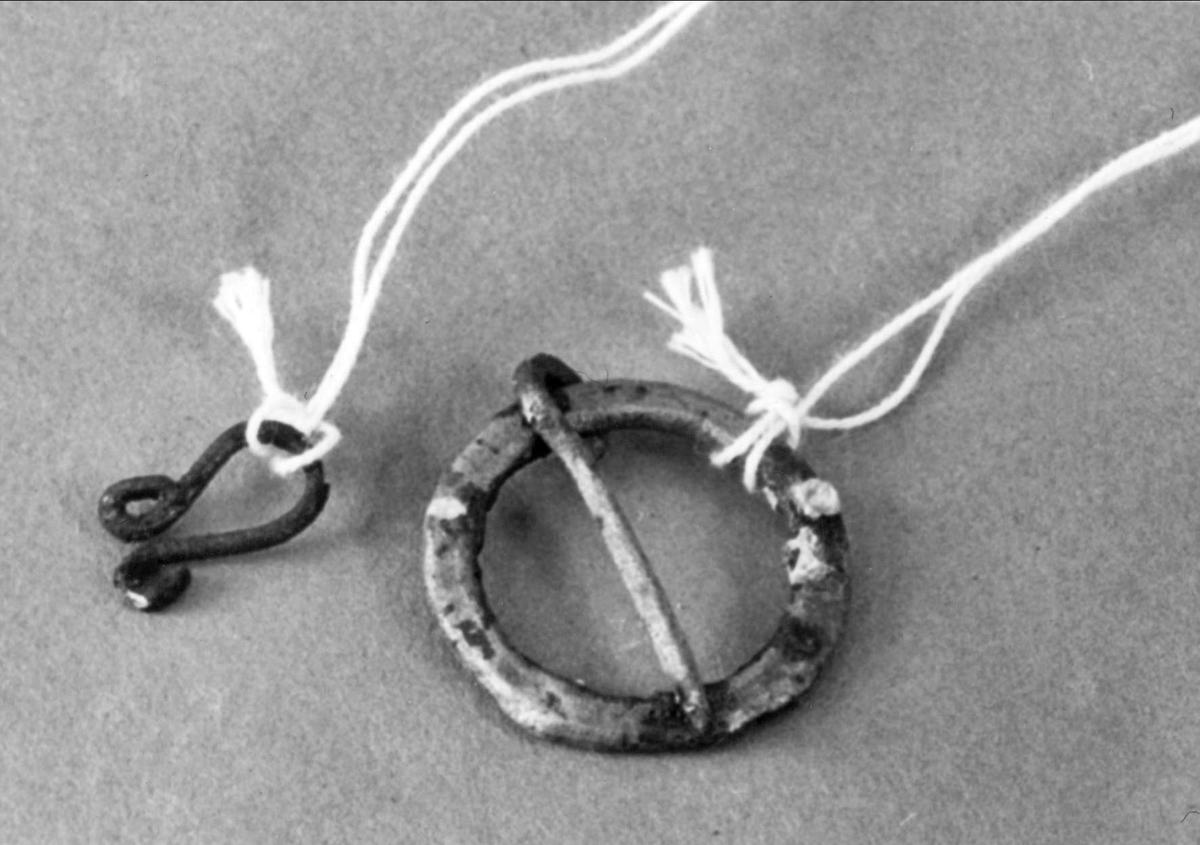 Ringsölja av koppar eller brons, med mitten av mässing.  Hyska av koppartråd.