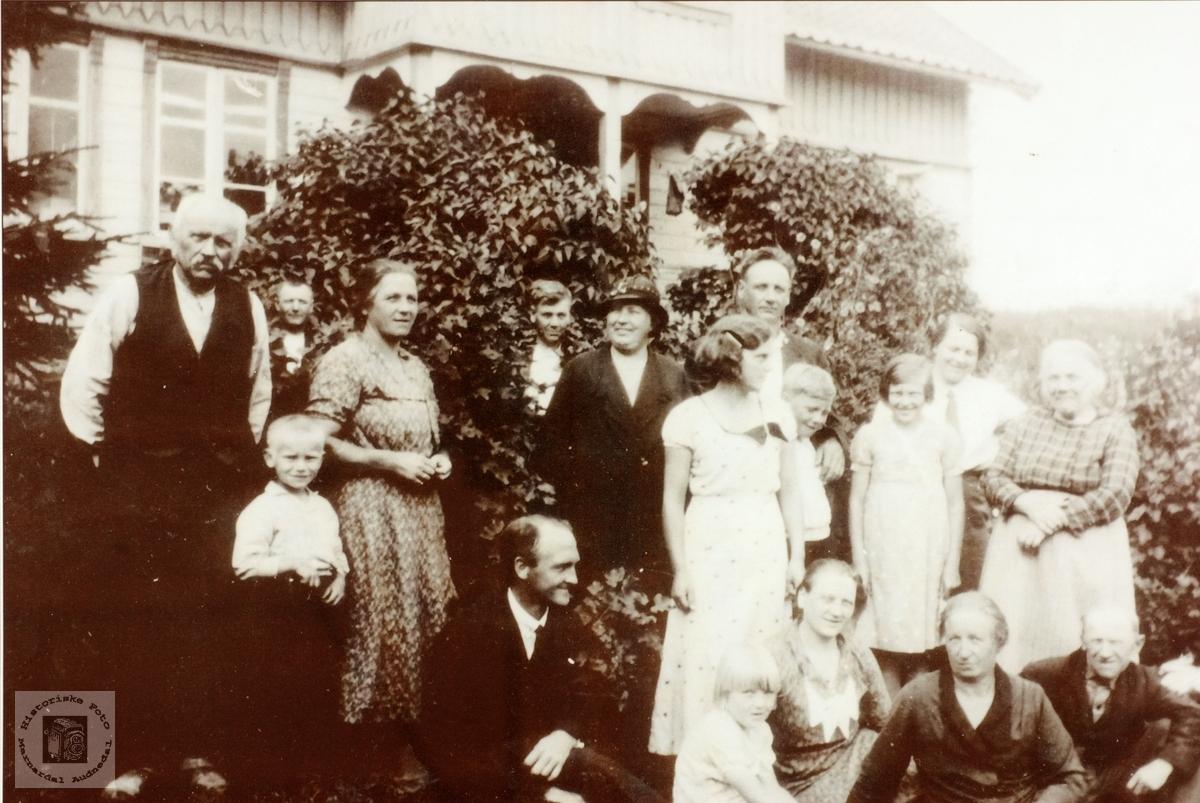 Familie og vennesamling i Golvevik, Byremo i Grindheim senere Audnedal.