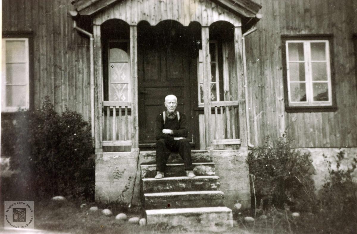 Bestefar, Tobias Flåt, på trappa. Grindheim.