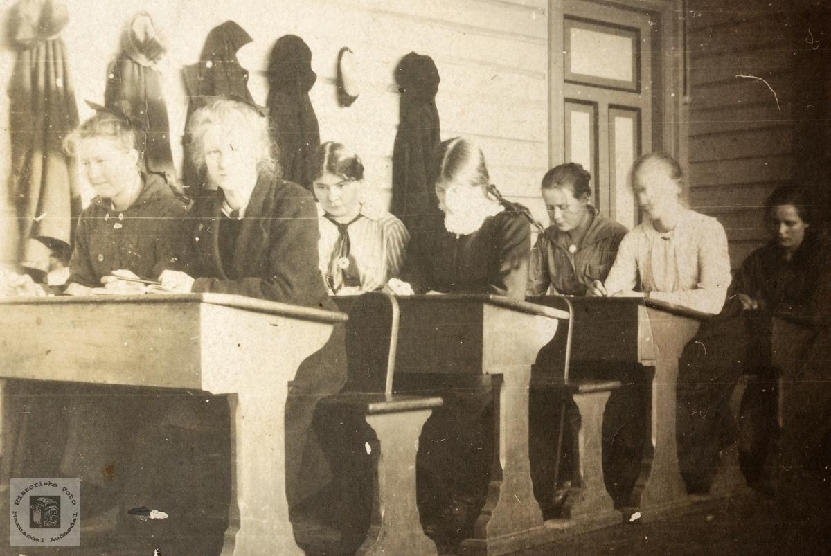 På skolebenken i det gamle bedehuset.