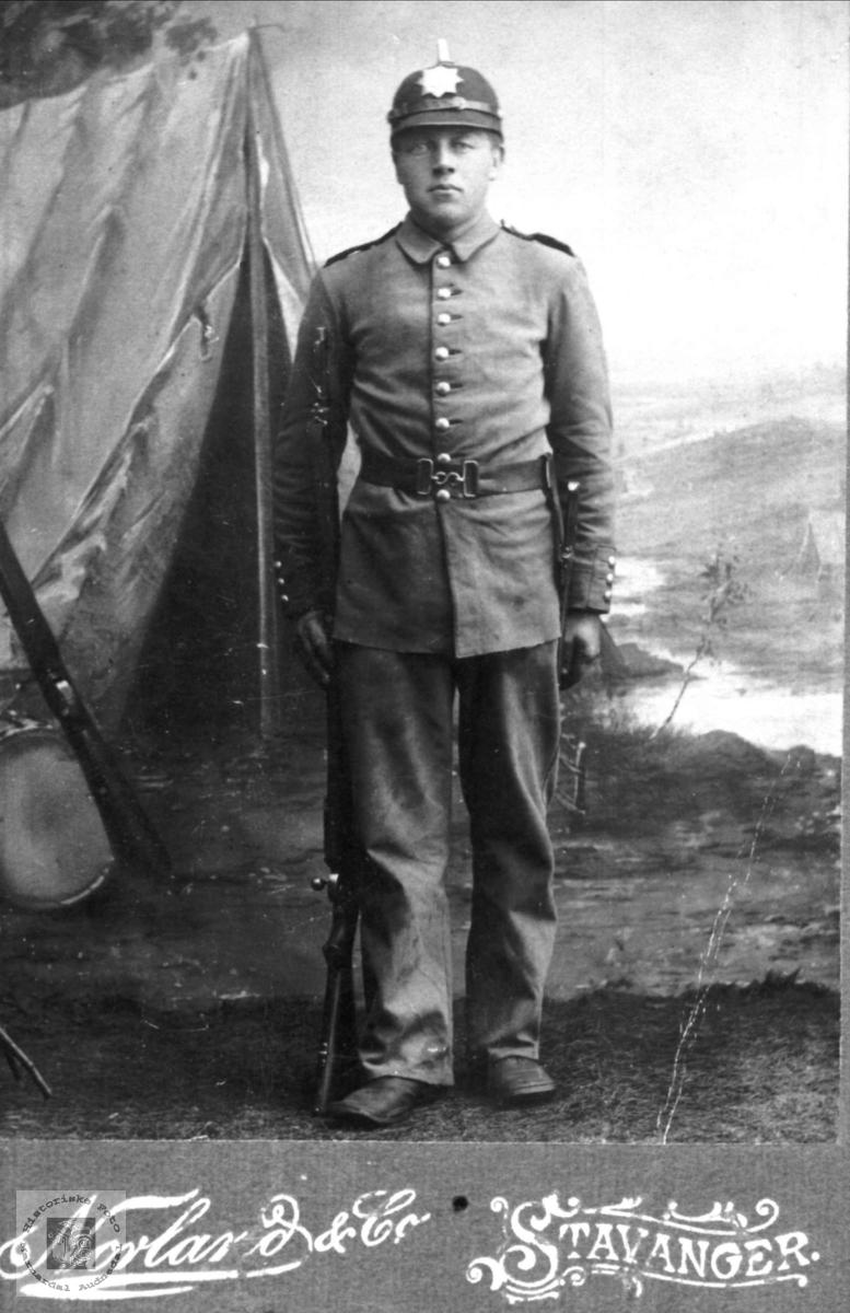 Portrett av Knud B. Glomså i kongens klær.