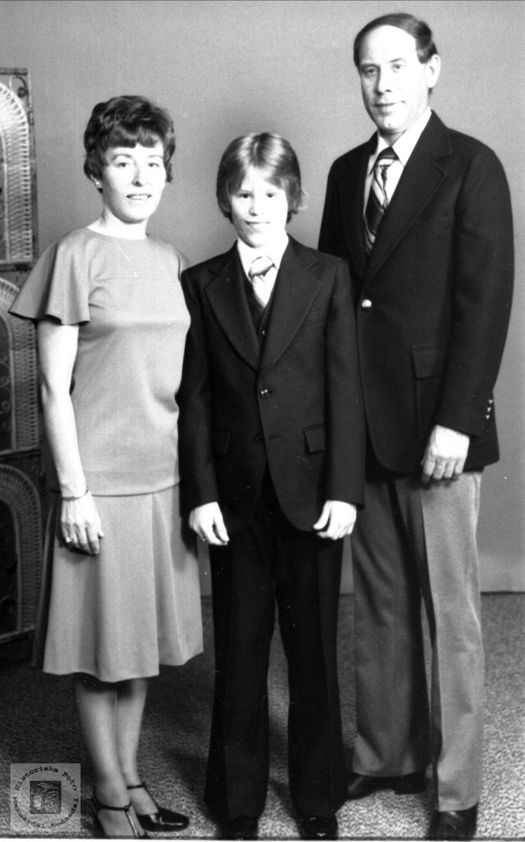 Portrett av familiegruppe i USA: Aslaug, Jan Erik og Per Torsland. Aslaug fra Verdalen, Laudal.