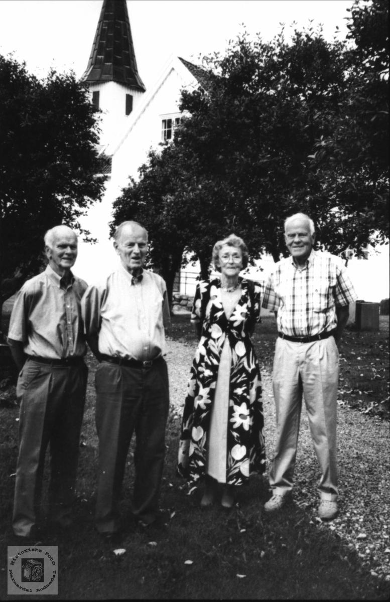 På  Laudal kirkegård.. Kåre, Olav, Gerda og Kjell, f. Bruskeland, Laudal.
