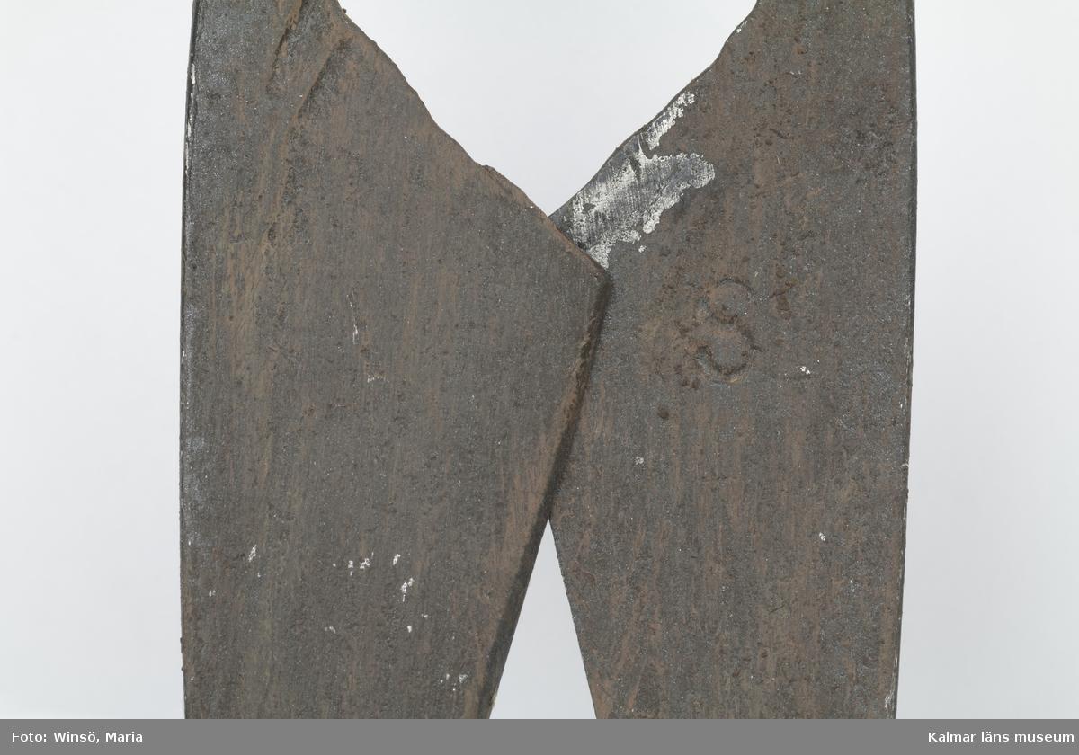 KLM 10199. Fårsax, metall. Av järn, målad i rödbrun färg, för rostskydd, under senare tid. Ristat på skären: S (X2)