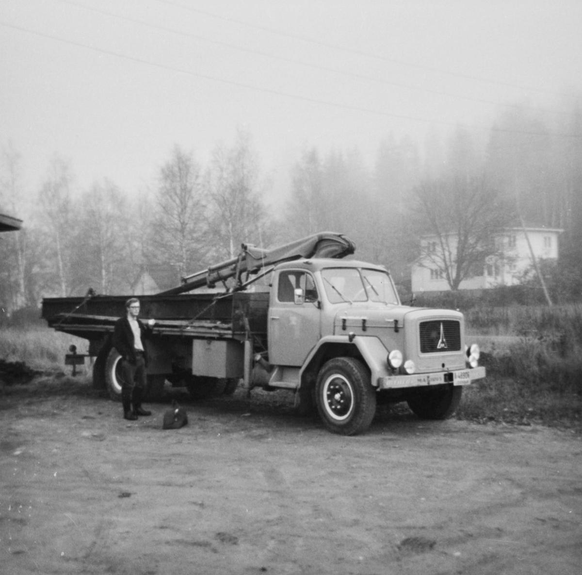 Driftsingeniør Olaf Wiegels foran lastebil som ble benyttet til transport av skinnemateriell m.v. fra Skulerud til museumsbanen på Sørumsand.