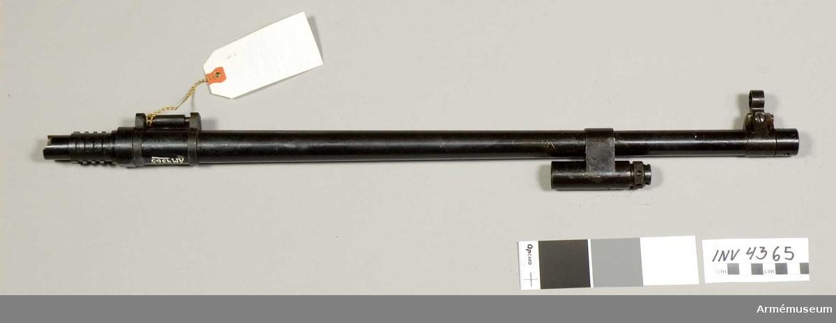 Samhörande nr är 4361-4383.Reservpipa t kulsprutegevär m/1937.Hit räknas korn, bärhandtag, mynningsring och gasregulator med cylinderfäste. Pipan har bommar och räfflor i likhet med en vanlig gevärspipa. Framtill är den utvändigt gängad för fästande av lösskjutningspropp, flamdämpare eller mynningshylsa. Gängorna skyddas av mynningsringen som har hål för universalnyckel.