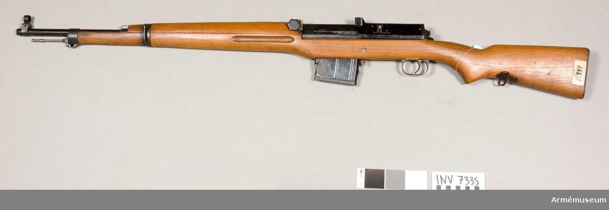 Försök med kaliber 7.62 mm. Tillverkningsnummer 15897 B. Exentersikte. Gasuttagningsmekanism. Största skottvidd 4500 m. Magasinet rymmer 10 patroner. Märkbricka på kolvens högra sida saknas. Märkt C med en krona S.S B.B estående av 1 st automatgevär m/1942 B, 1 st magasin.