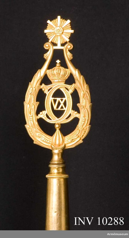 Grupp B I.  Se TKG nr 720007, IV. 2 b (sid 14-15). Samhörande: Fanspets med Carl XV:s namnchiffer. Fodral av galon.