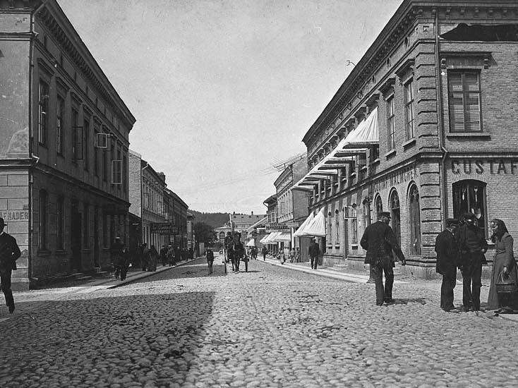 """Enligt noteringpå fotot: """"Kungsgatan Uddevalla. Taget före 1894. Svensson konditori flyttade 1894 till sin nya lokal detta år. Hade t.o.m. 1893 lokal där biografen Aveny nu ligger. Konditoriets skylt syns bakom Lundqvists järnhandels skylt""""."""