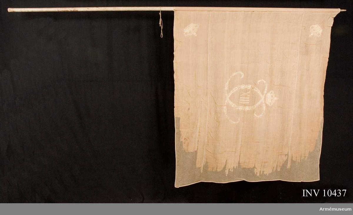 Grupp B I.  Ca 1814 Lifgardet. Vaktfana av vit lärft varå broderat med gult silke Carl XIII:s namnchiffer av små ornamnet bildat dubbelt C varinom XIII under sluten kunglig krona. I hörnen liknande kronor, fäst med vitt linneband och förgyllda spikar. Stång 308 cm av vitmålad furu. Doppsko och holk saknas.