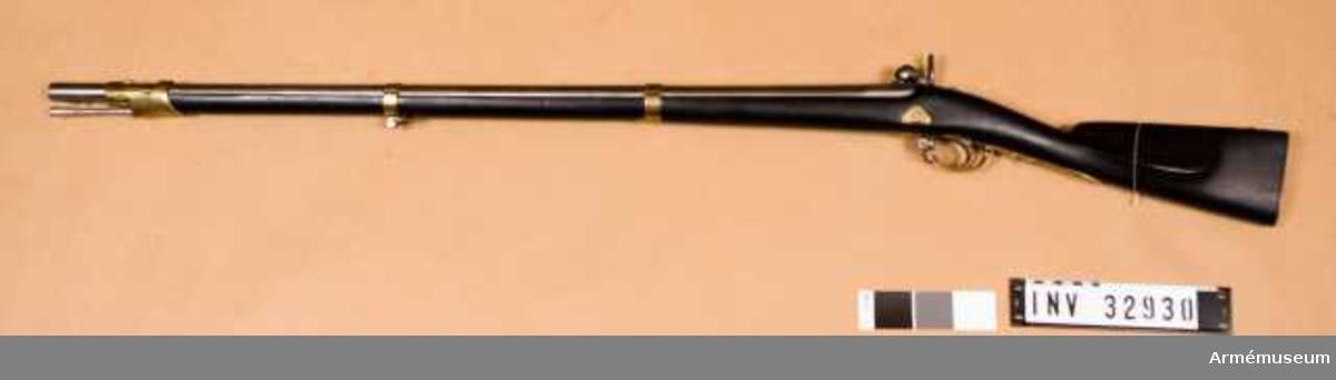 Grupp E II. Pipan är baktill åttkantig men övergår efter 3 cm till rund. Stocken är mörkbetsad med beslag av mässig.   Framstocken har 3 st band. Laddstock av järn. Stämplar och märken: på pipans bakre del, förutom tillverkningsnr. Och tillverkningsår, BN och ryska örnen. Bakplåten 14. C. 3. P. 642, 150, båge och pil. Varbygeln, A., bågmärket, 1850 och B. Mellanbandet, 25, 1849 och STD. Näsbandet, NM, en pil och 1852. Loppet är slätborrat.