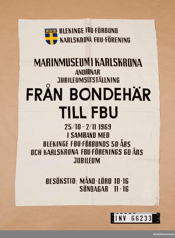 """Grupp M I.  Affisch tryckt på vit textil. """"FRÅN BONDEHÄR TLL FBU"""" - jubileumsutställning 1969 vid Marinmuseum."""