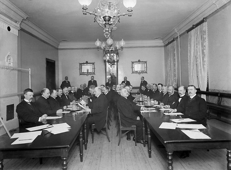"""Enligt tidigare notering: """"Stadsfullmäktige i Uddevalla, 1910."""""""