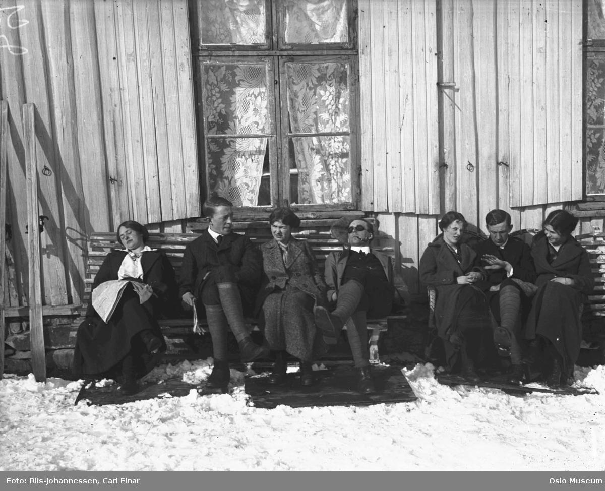 bolighus, solvegg, benker, kvinner, menn, soling, ski, påskeferie