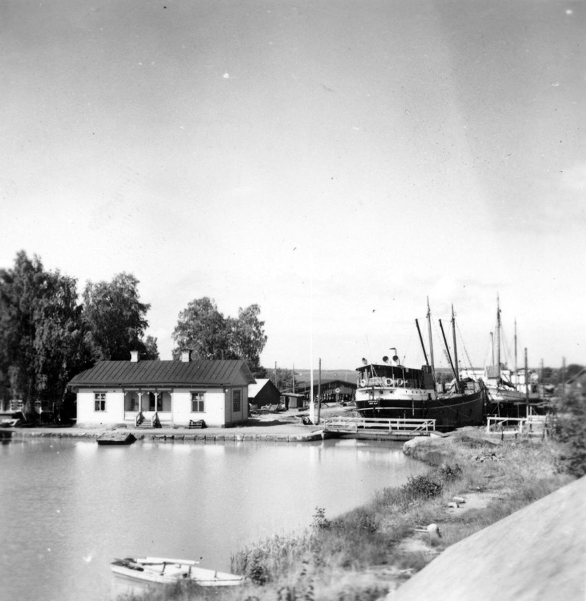 Varvets kontorsbyggnad och slussporten till torrdockan, där S/S Motala och M/S Don Carlos står intagna för reparation, aug 1954.