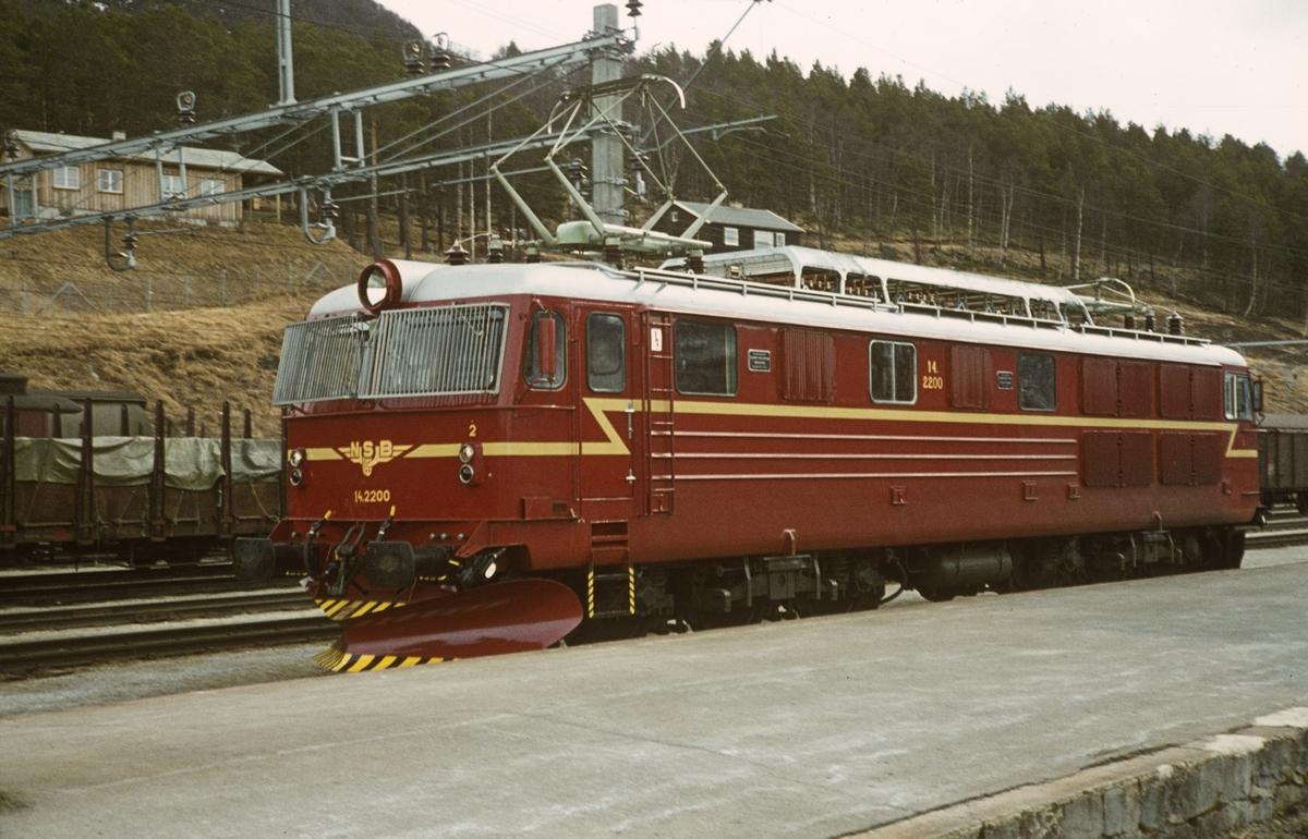 Nylevert elektrisk lokomotiv El 14.2200 på Dombås stasjon. Dette var det sist leverte lokomotiv av denne typen.