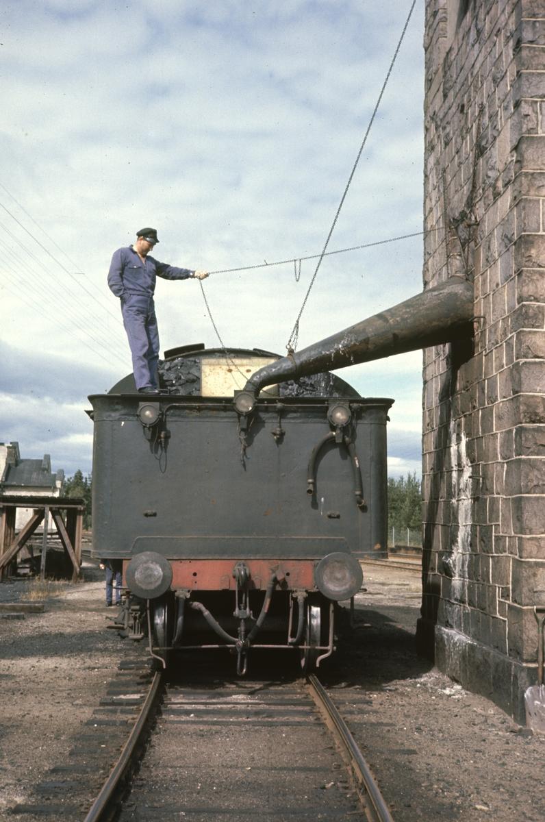 Vannfylling på damplok type 26c nr. 434 fra vanntårnet på Elverum stasjon.