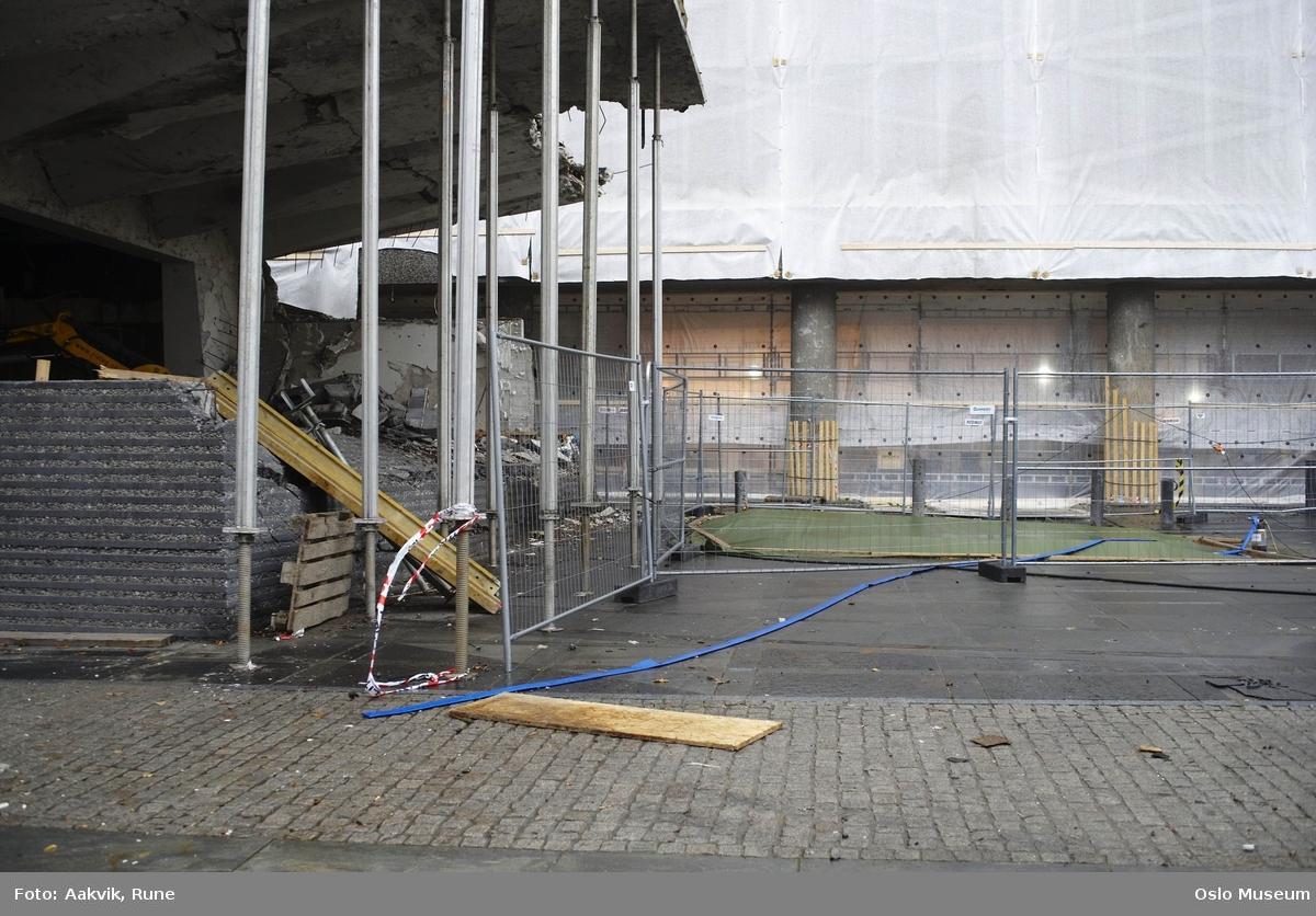 Foto-dokumentasjon, regjeringskvartalet, departementer, terroranslag, 22.07.2011, tildekket bombekrater, stillas, stålbjelker, ødelagt kantine, brostein, reparasjoner.