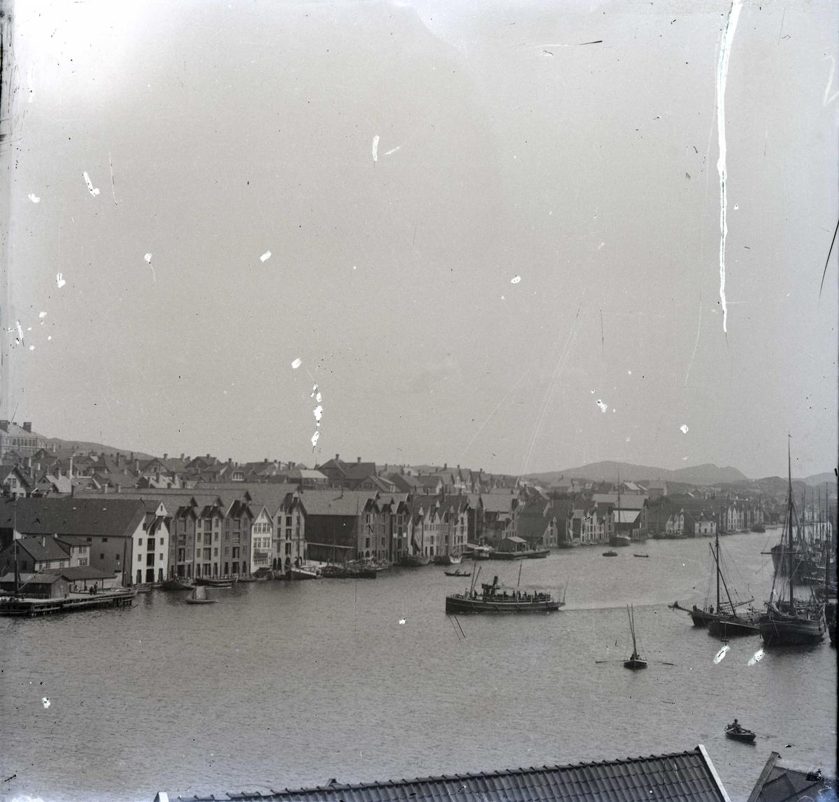 """Havn - sjøhus. Sjøhusrekken langs Smedasundet mellom """"Nore Kaien"""" og Vedalmenningen. Ruteskipet """"Avaldsnes"""" er på vei inn til Nordre kai."""