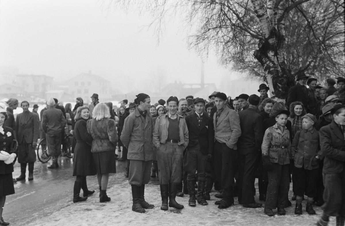Kø ved Syringens butikk. Filmsalg påsken 1945. Leiret, Elverum.