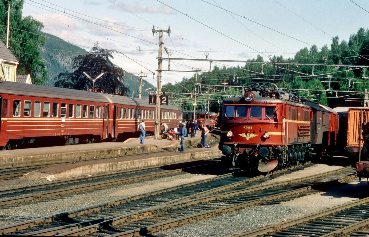 Nordagutu stasjon. Til venstre ekspresstog 71 til Stavanger, til høyre godstog 5601 med El 8 2058.