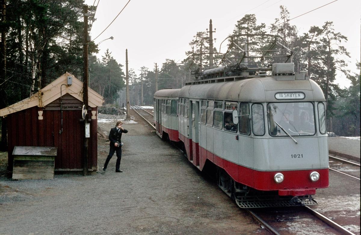 Ekebergbanen, Oslo Sporveier. Vogn 1021. Konduktøren har akkurat betjent signalanlegget.