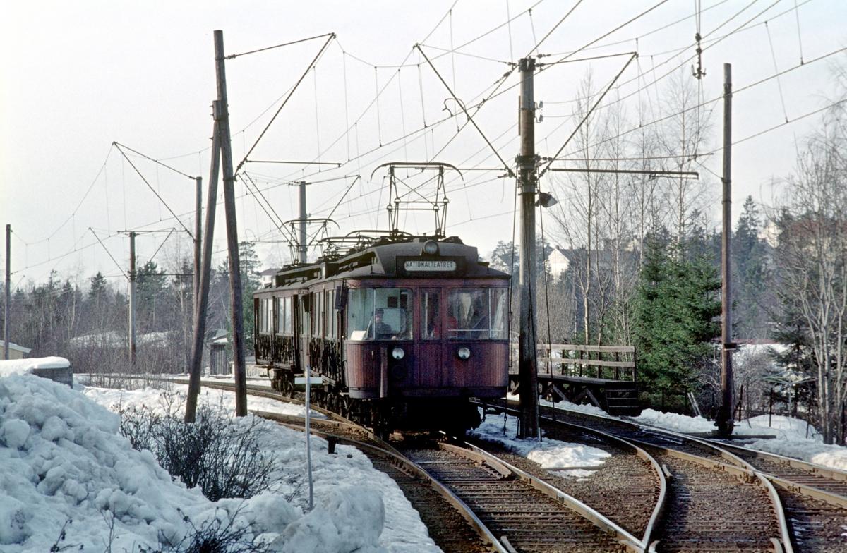 A/S Holmenkolbanen. Røabanen. Eiksmarka stasjon. Vogn 42 og 41, type 1914 (Skabo, Westinghouse).