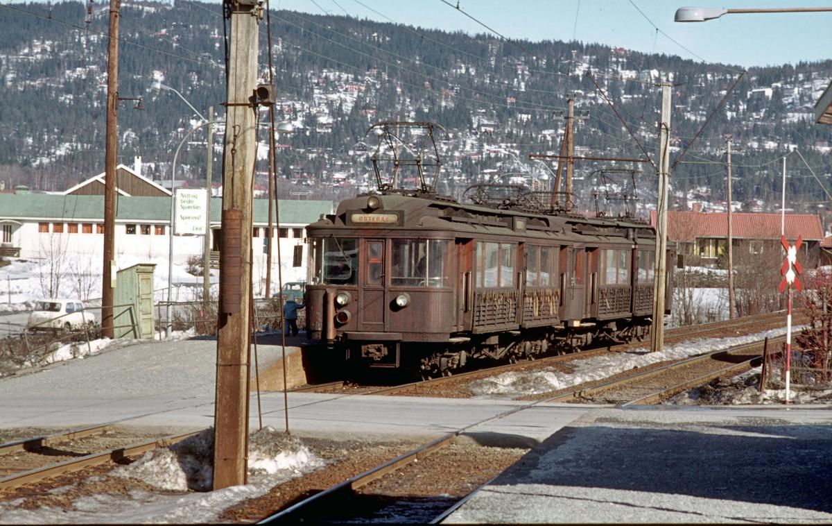 A/S Holmenkolbanen. Røabanen. Eiksmarka stasjon. Vogn 105 og 106, type 1928 (Strømmens verksted, NEBB, HKB verksted) på vei mot Østerås.