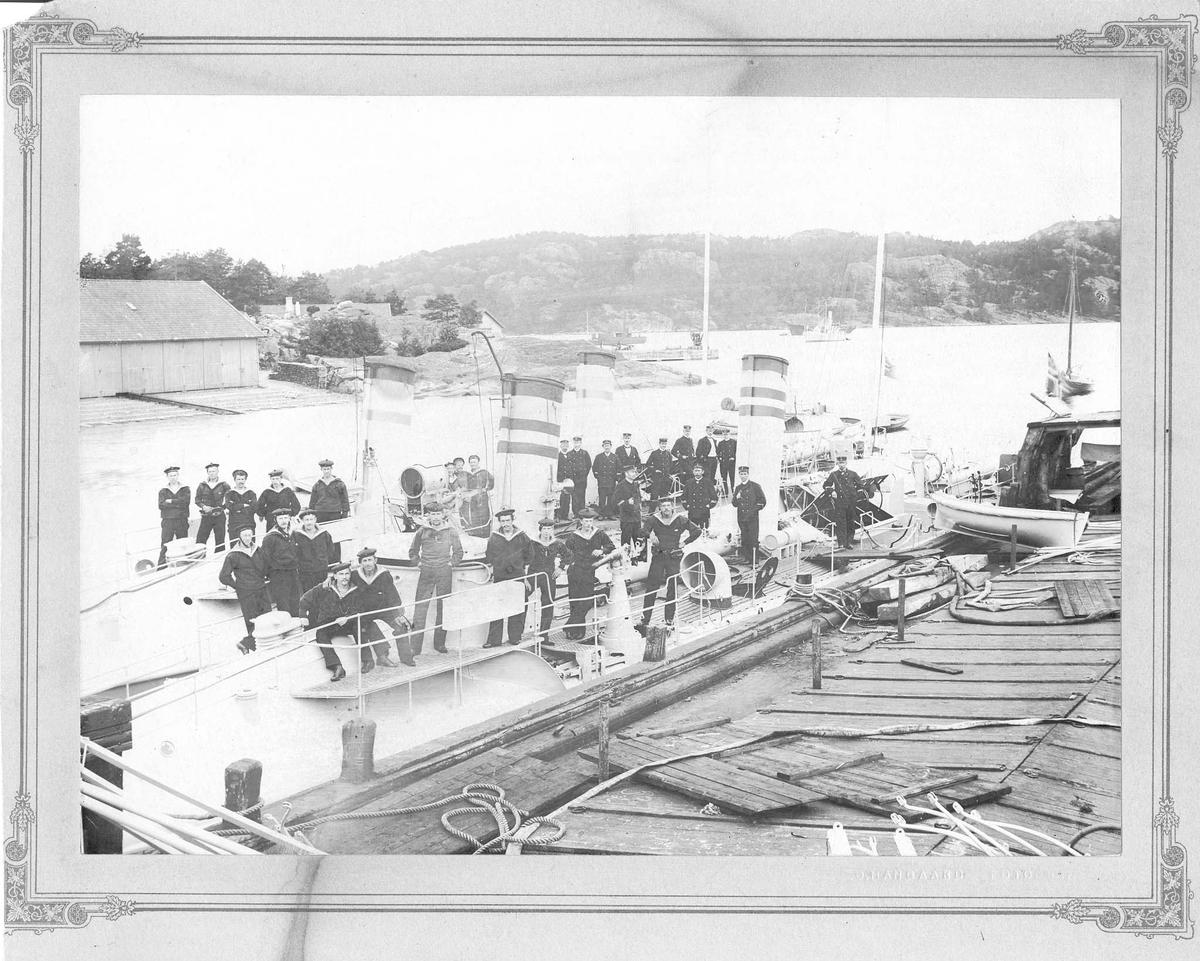 """Motiv: Besetningsfoto fra """"Delfin"""" og """"Sel"""", 1905 i Marviken"""