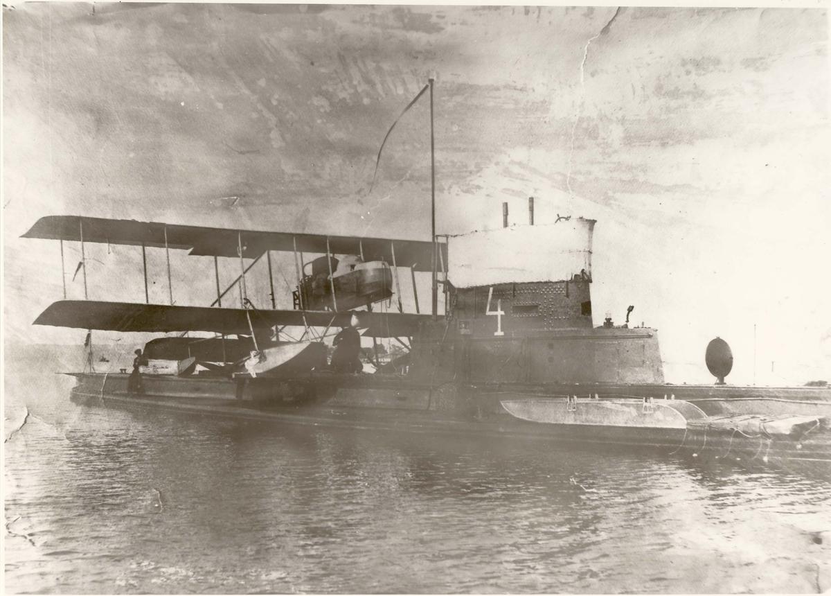 """Berging av flyet """"F 12"""" etter havari. Horten indre havn"""