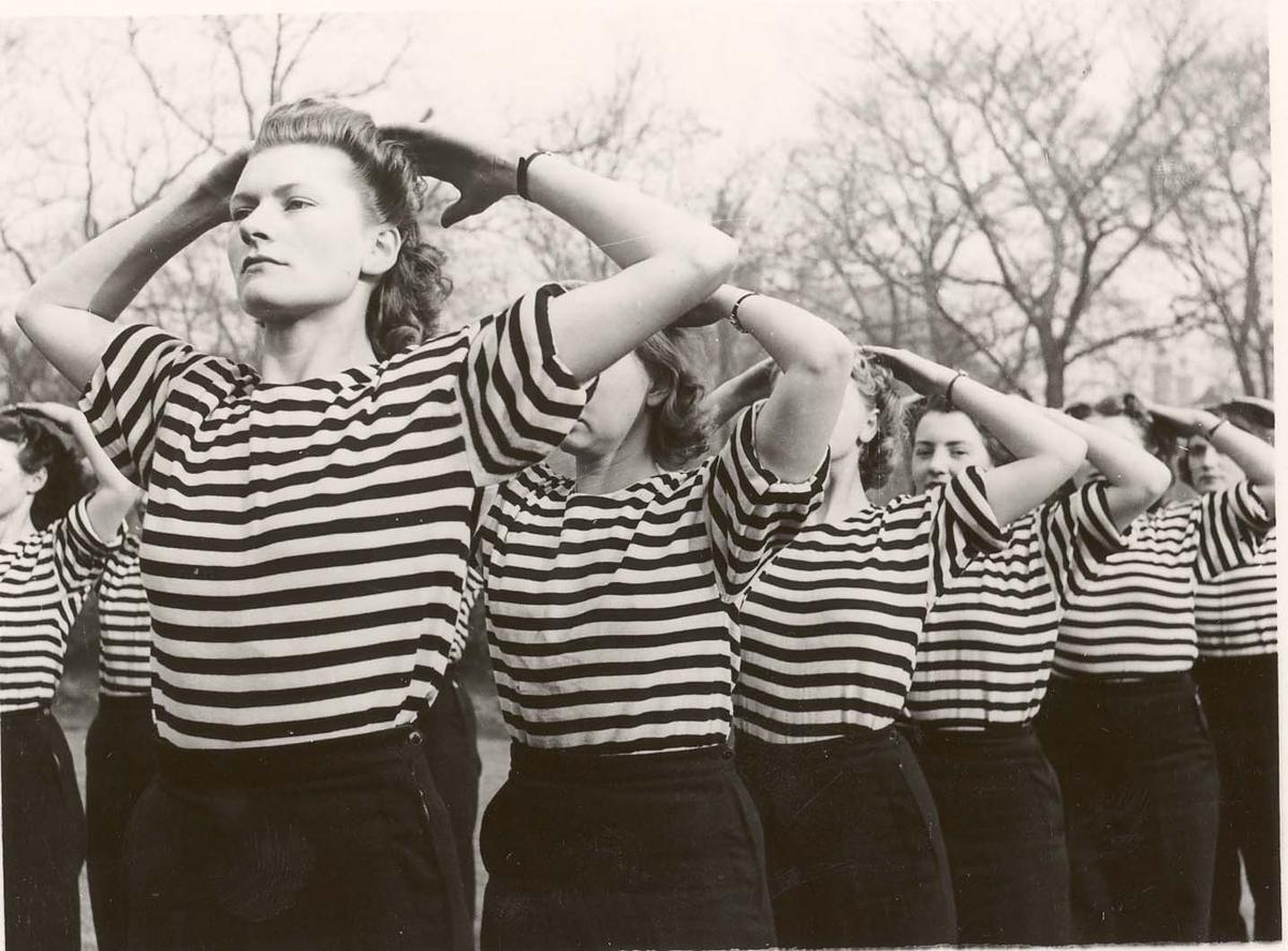 Motiv: Marinens Kvinnekorps 1942-1945.Kurs 2-1942 Liverpool Gymnastikk