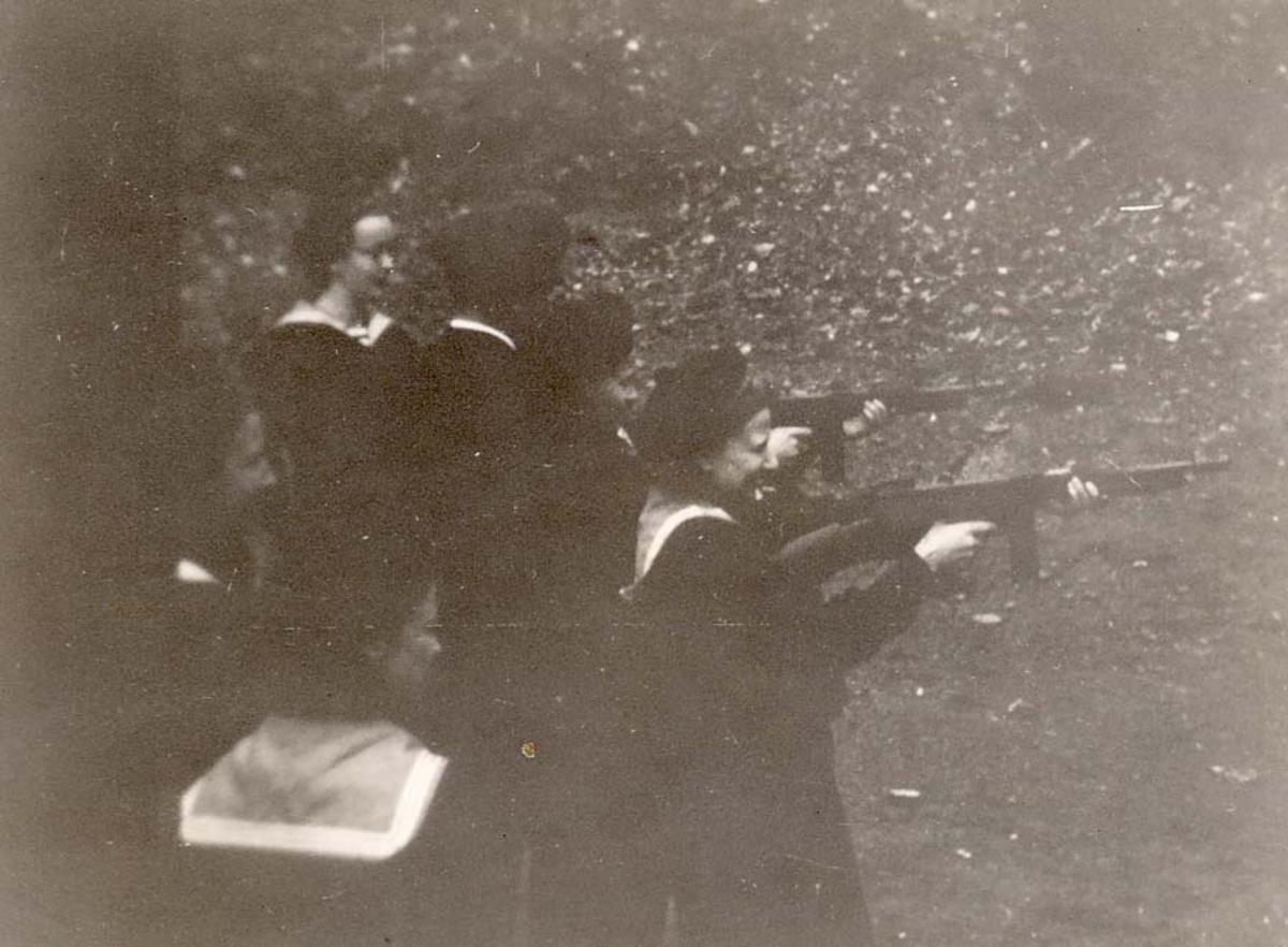 Motiv: Marinens Kvinnekorps 1942-1945 Øvelsesskyting med Thompson MP cal. 45