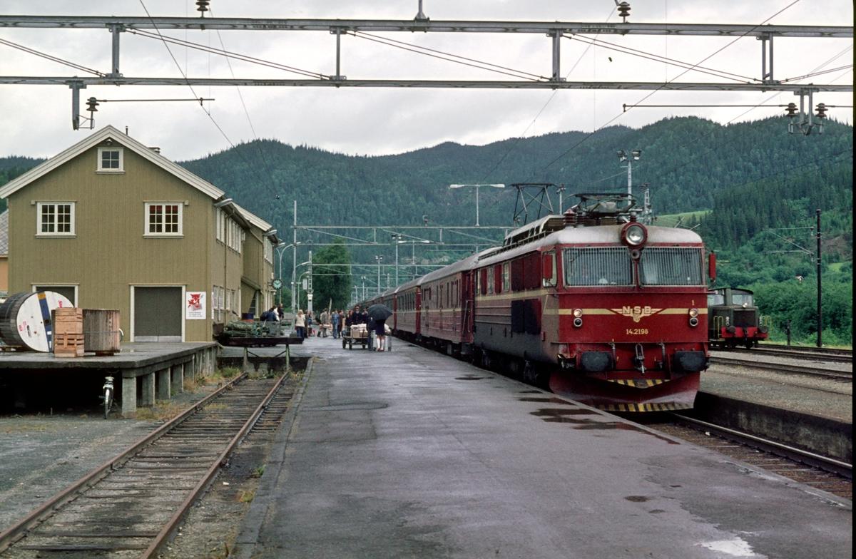 Ekspresstog 404 (Trondheim -Oslo o/Dovre) ankommer Støren med NSB elektrisk lokomotiv El 14 2198.