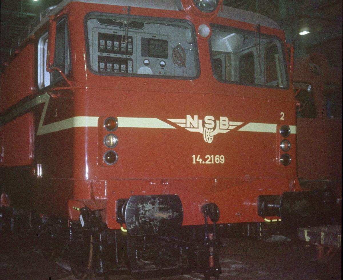 El 14 2169 på Thunes mek. verksted for gjenoppbygging etter ulykke. Lokomotivet kjørte inn i et jordras ved Dovre.