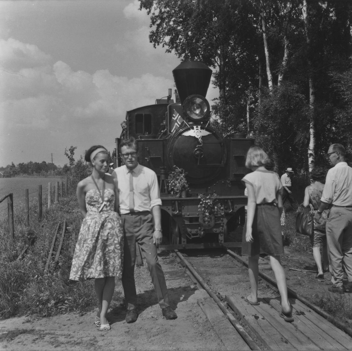 Åpningen av museumsbanen 19. juni 1966. Første ordinære tog har ankommet Fossum stasjon.