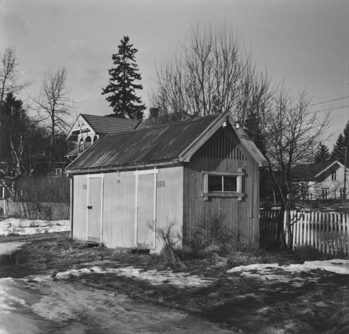Utedoen på Aurskog stasjon syv år etter nedleggelsen.