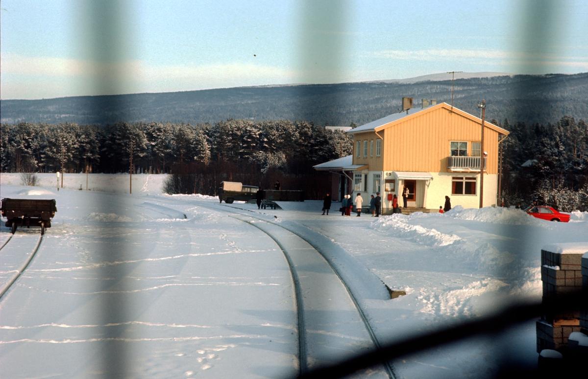 Os jernbanestasjon sett fra lokomotivet i dagtoget, Ht 301. Opprinnelig fargesetting fra 1950-tallet i gult, hvitt, rosa og lyseblått.
