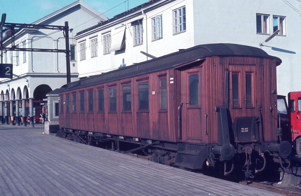 Personvogn type B22 186 på Oslo Ø.