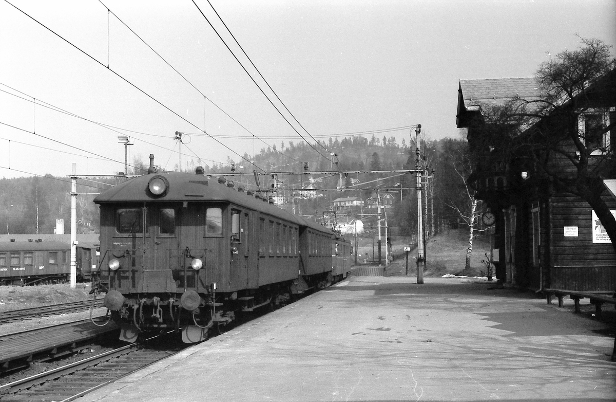 Persontog ankommer Kjelsås stasjon. Motorvognsett type 65.