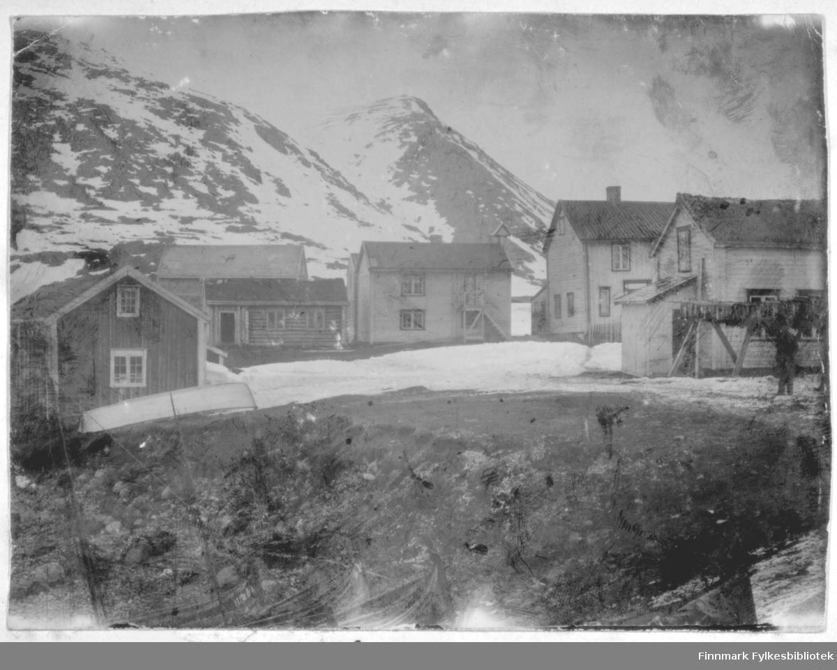 Bygninger i Hasvik, fotografiet er sannsynligvis tatt sent på våren.