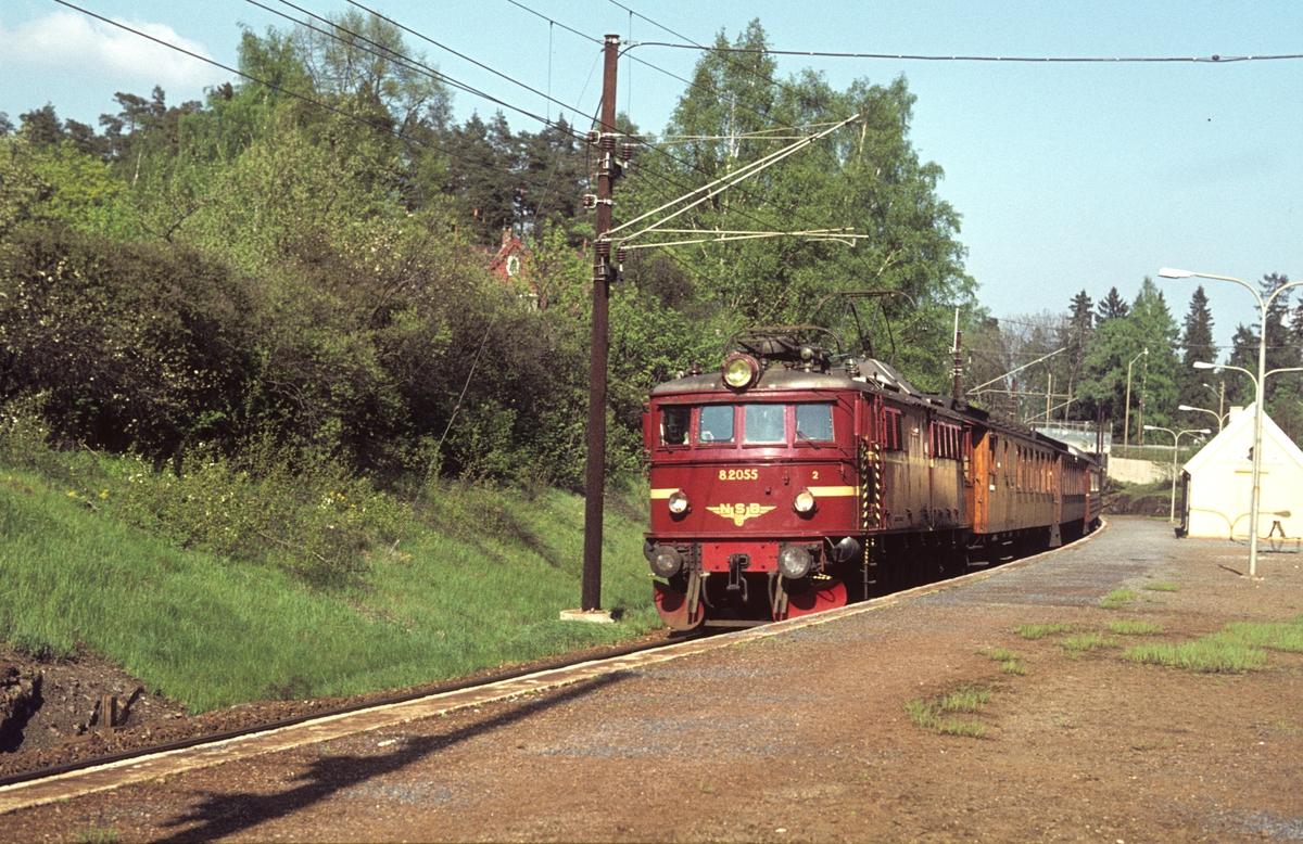 Persontog 539 med El 8 2055 passerer Blommenholm.