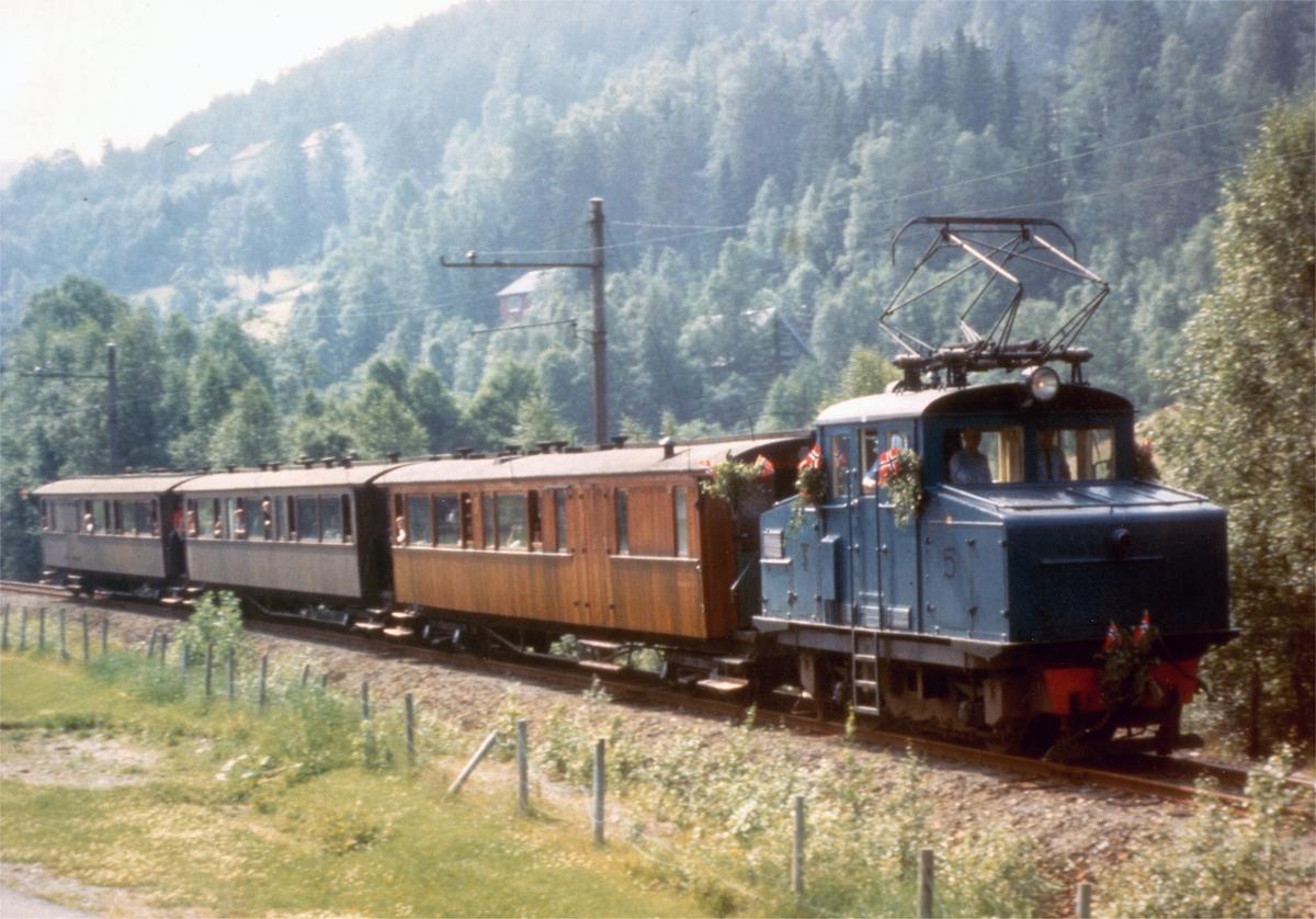 Åpningstoget under gjenåpningen av Thamshavnbanen som museumsjernbane 10. juli 1983.