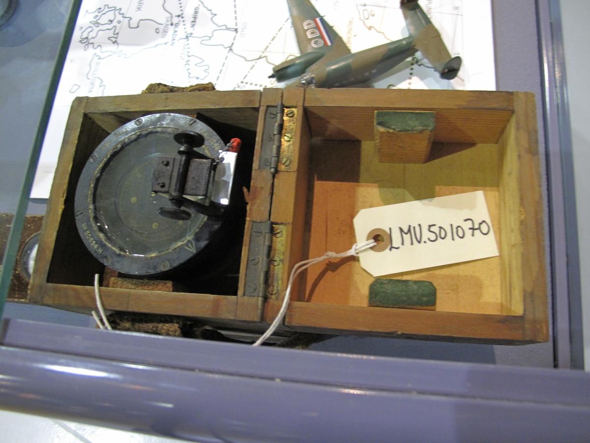 Kompasset oppbevares i original trekasse.