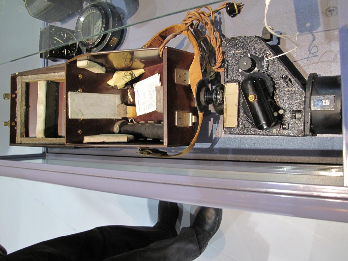 Sekstanten er komplett i original bakelitt  oppbevaringskasse. Type: Bubble Sextant Mark IX AN. Medfølgende instruksjonshefte ref no 6B/218.