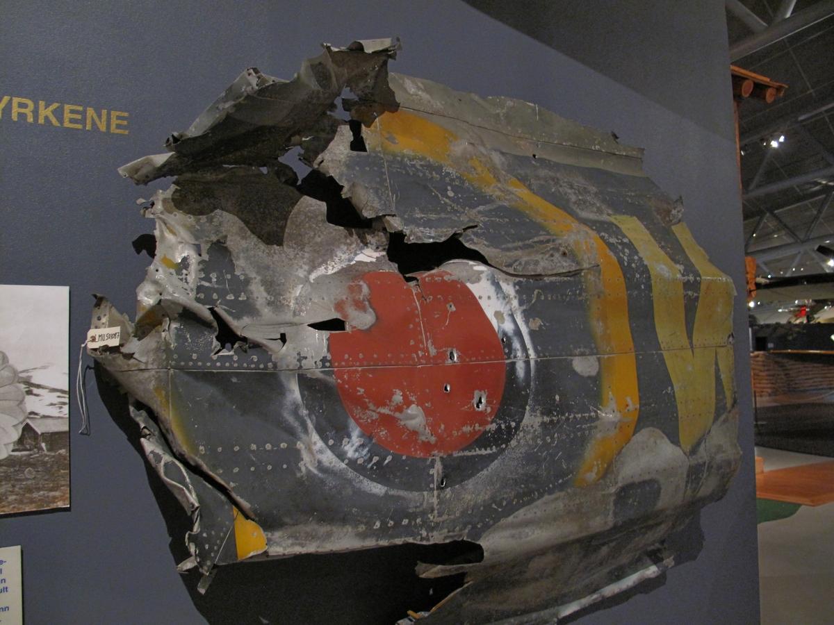 Skrogplate fra bakkroppen til vraket av Short Stirling LK 171 som havarerte 3 nov 1944 under slipp til norsk motstandsgruppe. Piloten omkom, resten av besetningen berget seg i fallskjerm.