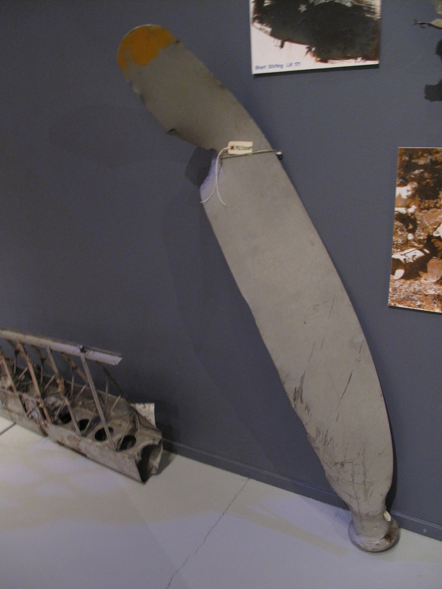 Propellbladet kommer fra vraket av Short Stirling LK 171 som havarerte 3 nov 1944 under slipp til norsk motstandsgruppe. Piloten omkom, resten av besetningen berget seg i fallskjerm.
