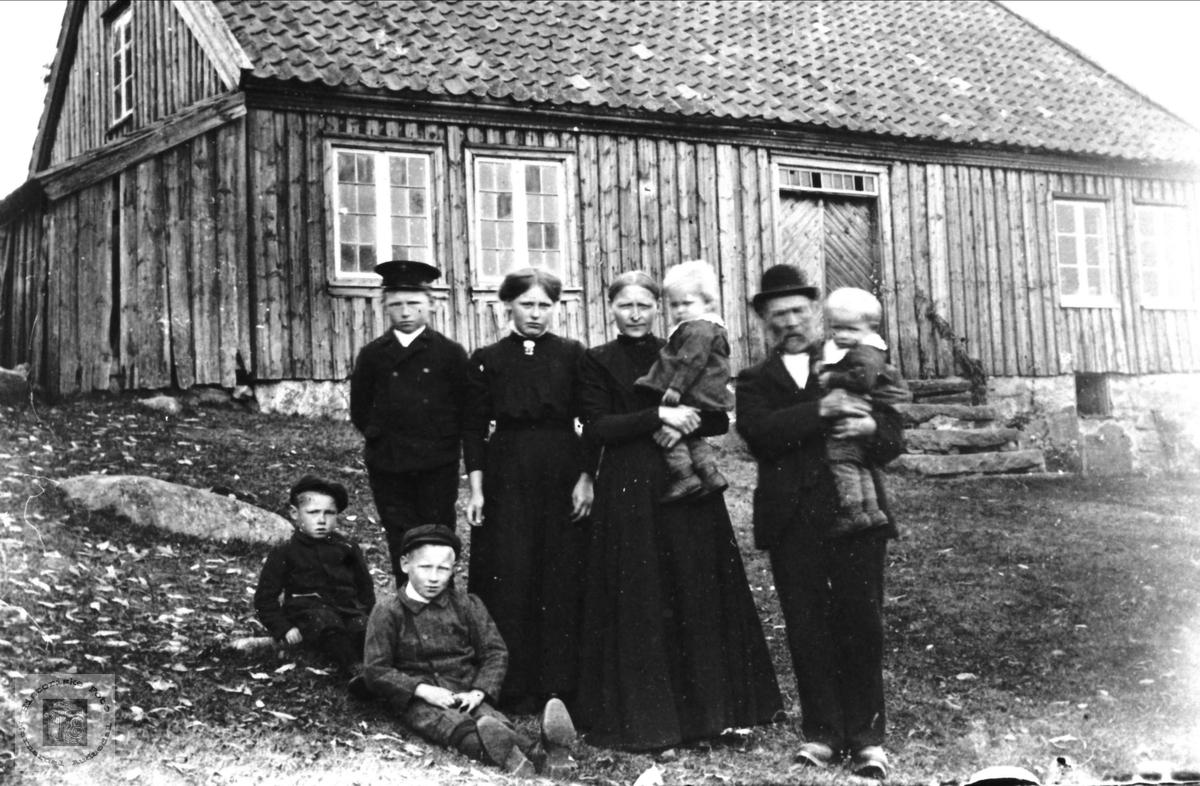Tobias Ausland med familie. Jens Tobiasson Ausland var tvillingbror til Johan. Det riktige er altså Johan Tobiasson Ausland.