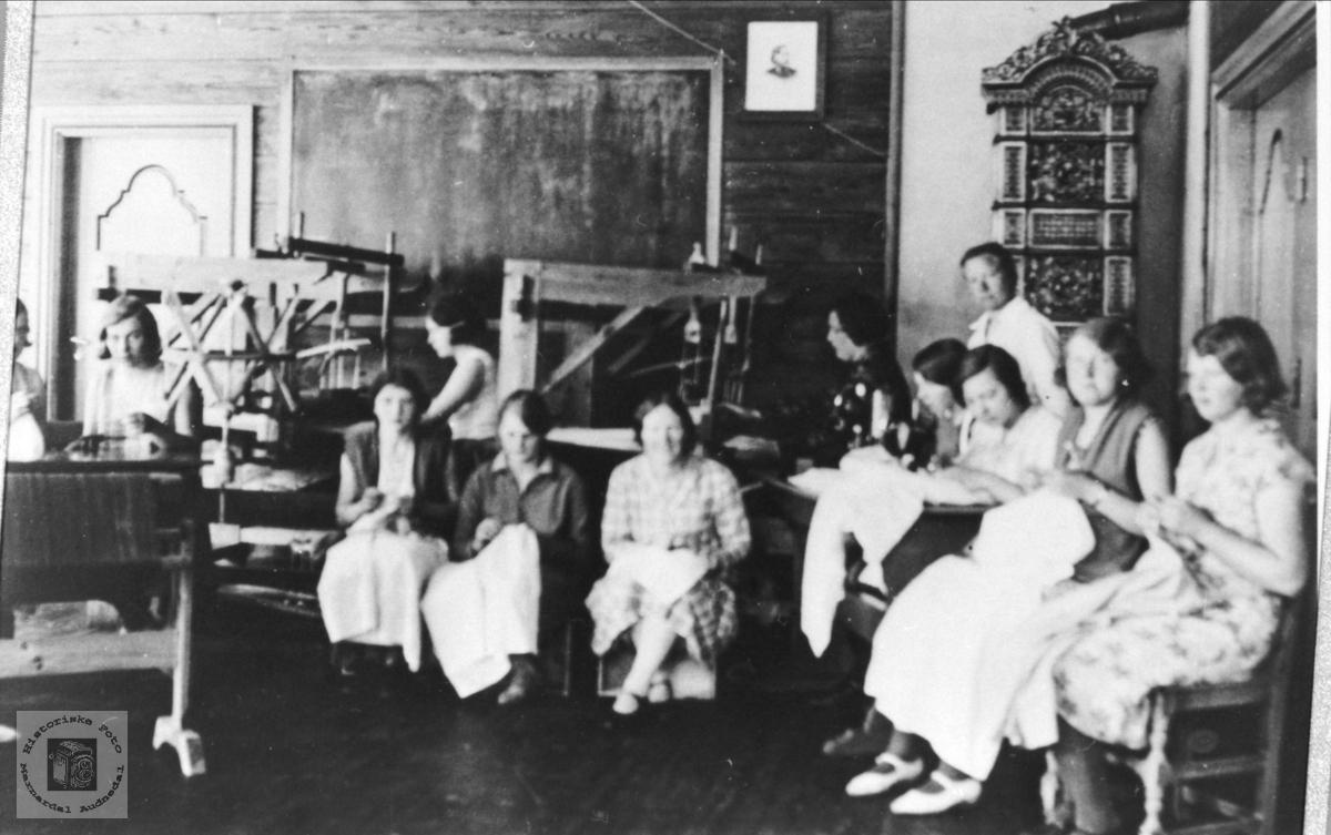 Håndarbeidsgruppe Høgtun folkehøyskole i rommet aust