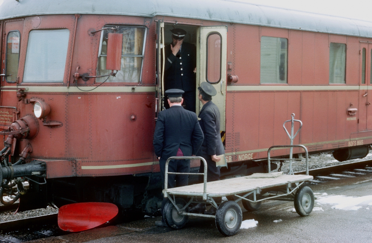 NSB dieselmotorvognsett type 86. Styrevogn BDFS 86 65 på Flisa stasjon. Togfører, togekspeditør og utvendig stasjonsbetjent finner ikke noe gods, men slår av en prat.
